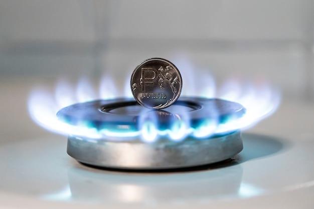La venta de gas. incremento del precio del gas. el concepto de problemas en la economía rusa. el rublo se quema en una estufa de gas. suministro de gas caro