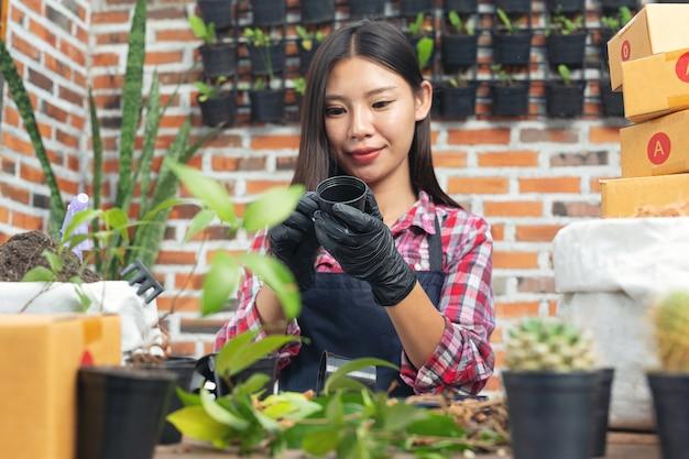 Venta de plantas en línea; mujer sonriendo mientras crece planta