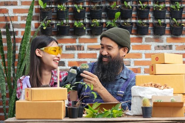 Venta de plantas en línea; parejas sonriendo mientras cultivan plantas