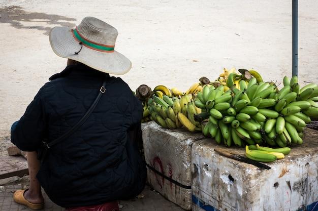 Venta de plátanos en el mercado asiático