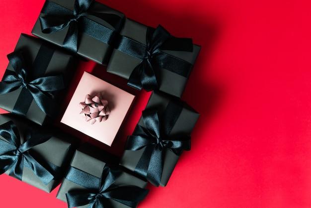 Venta de viernes negro, caja de regalo negra para compras en línea.