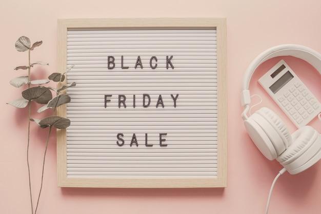 Venta de viernes negro en tablero de letras