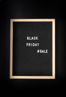 Venta de viernes negro de texto en tablero de letras negro