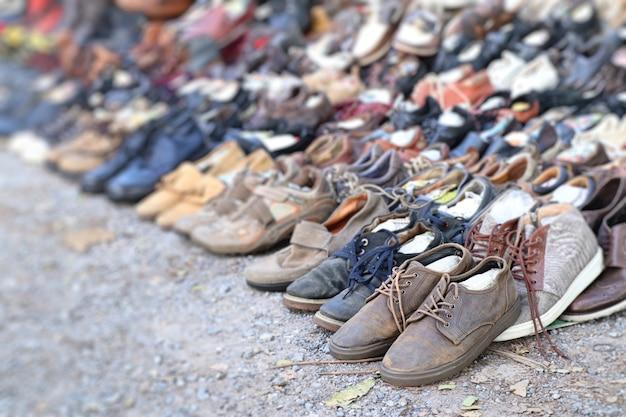 Venta de zapatos usados en el mercado.
