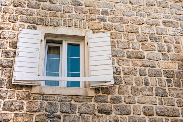 Una ventana abierta en una antigua ciudad de piedra.