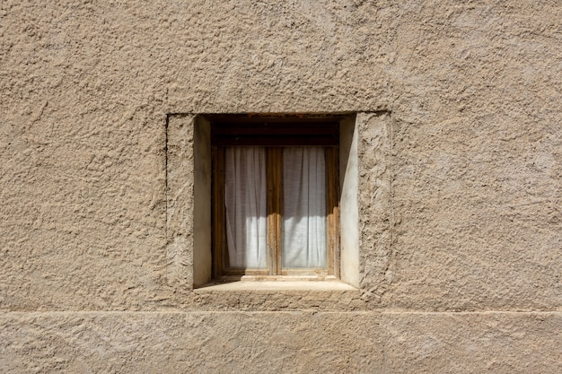 Ventana antigua incrustada en una pared. concepto de la vendimia. copie el espacio.