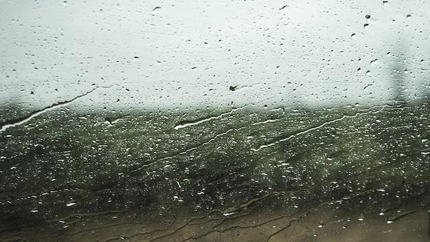 Ventana de cristal con gotas de agua