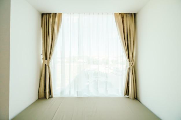 Ventana con decoración de cortina.