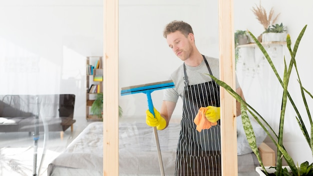 Ventana de limpieza masculina