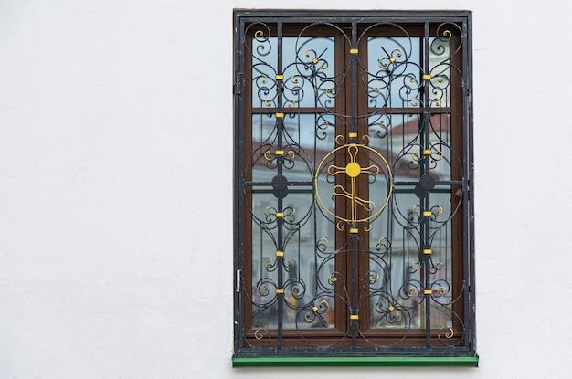 Ventana de madera con cruz dorada