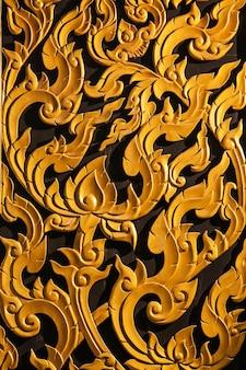 Ventana de madera de talla de oro antigua del templo tailandés. tailandia