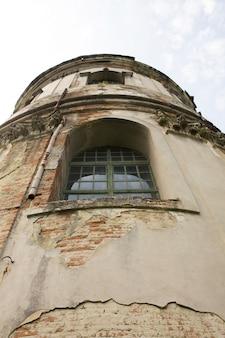 Ventana de moldura de strucco antiguo en la fachada del edificio en lvov. vista inferior
