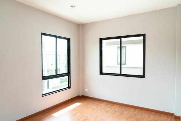 Ventana y puerta de vidrio vacía en casa