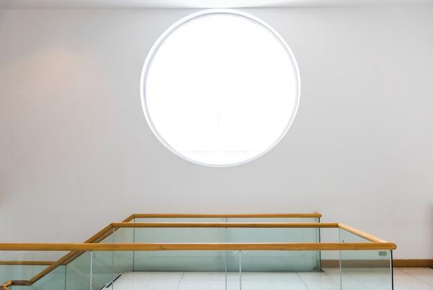 Ventana redonda en una pared blanca