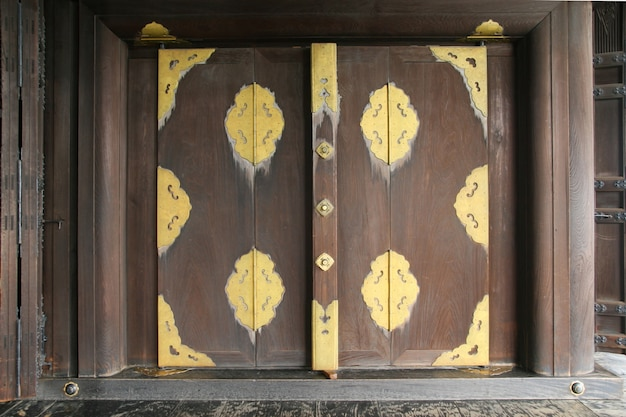 Ventana tradicional de madera