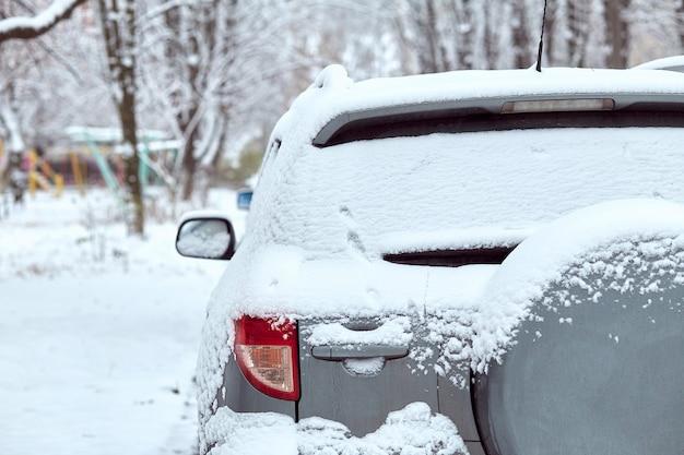 Ventana trasera del coche gris aparcado en la calle en día de invierno, vista trasera. maqueta para calcomanías o calcomanías