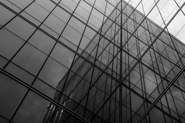 Ventana de vidrio de geometría en el edificio - arquitectura abstracta