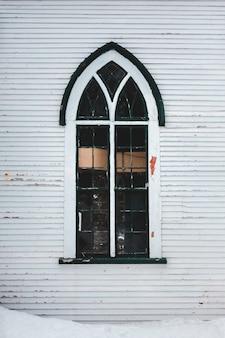 Ventana de vidrio con marco de madera blanca