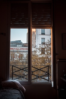 Ventana de vidrio con marco de madera marrón