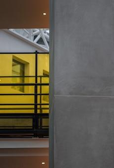 Ventana de vidrio con marco de metal amarillo