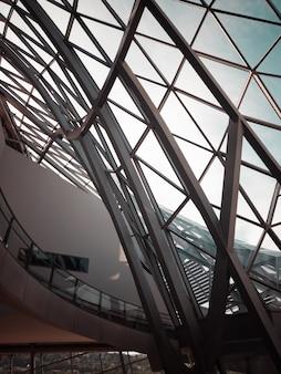 Ventana de vidrio con marco de metal gris en la construcción