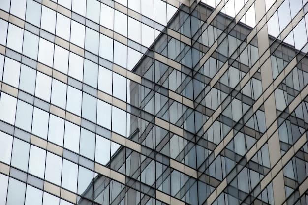 Ventanas de vidrio de perspectiva exterior en edificios de oficinas