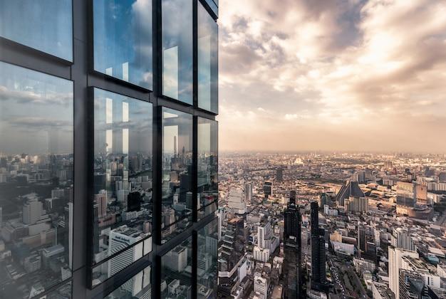 Ventanas de vidrio de superficie con edificio lleno de gente en la ciudad de bangkok