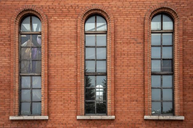 Las ventanas de la vieja estación de ladrillo
