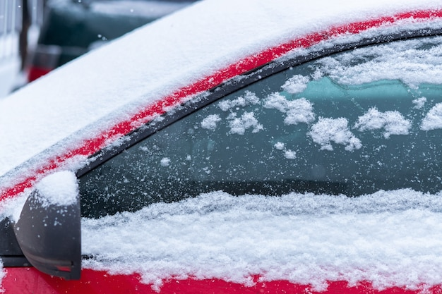 Ventanilla cubierta de nieve