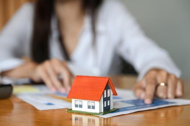 Las ventas de casas de los corredores están trabajando en la mesa. casa modelo en la recepción.