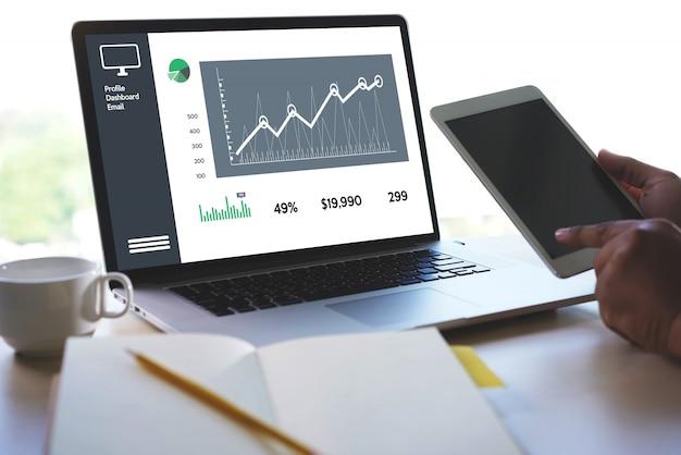 Las ventas del hombre de negocios aumentan los ingresos de las ventas y el concepto de los gráficos del tablero de instrumentos de las ventas del márketing del cliente