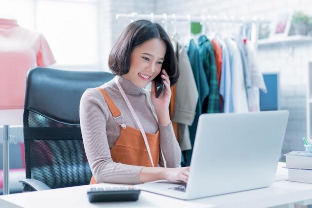 Las ventas en línea están respondiendo las preguntas de los clientes a través de sus computadoras portátiles