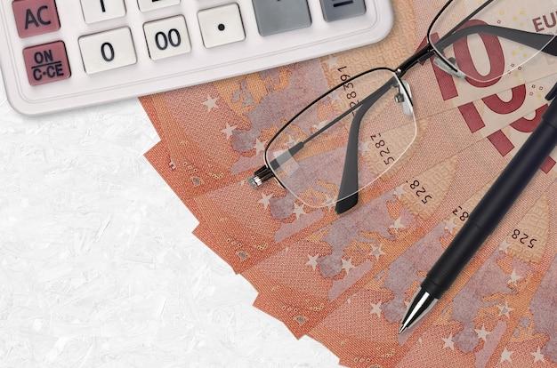 Ventilador de billetes de 10 euros y calculadora con gafas y bolígrafo