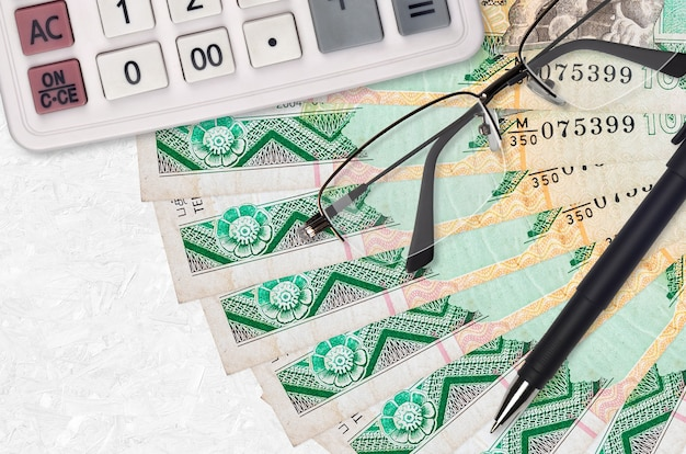 Ventilador de billetes de 10 rupias de sri lanka y calculadora con gafas y bolígrafo