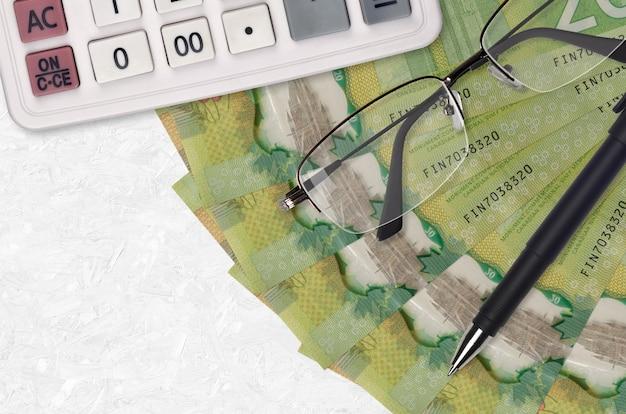 Ventilador de billetes de 20 dólares canadienses y calculadora con gafas y bolígrafo