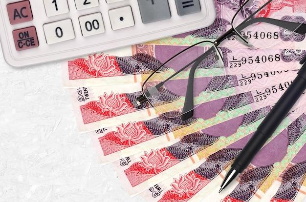 Ventilador de billetes de 20 rupias de sri lanka y calculadora con gafas y bolígrafo