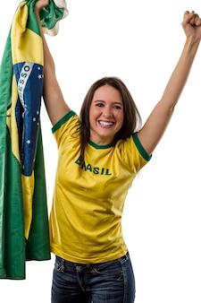 Ventilador brasileño femenino celebrando en un espacio en blanco.