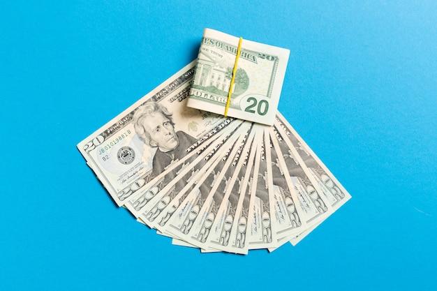 Un ventilador de moneda de cien dólares de cerca, vista superior de negocios en color con copyspace