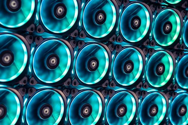 Los ventiladores de refrigeración coloridos evitan el calor de las grandes tarjetas gráficas y el procesador de la cpu