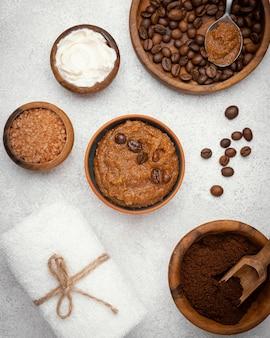 Ver arriba remedio casero con granos de café.