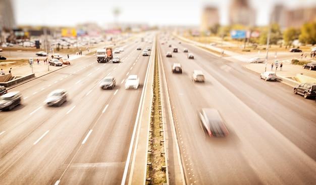 Ver en la carretera asfaltada con muchos coches