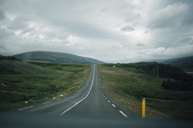 Ver en la carretera islandesa vacía desde el interior del coche