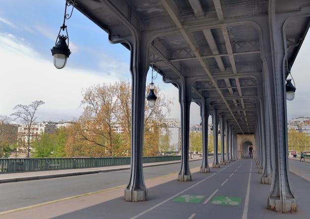 Ver en el carril bici por encima del puente bir hakeim en parís