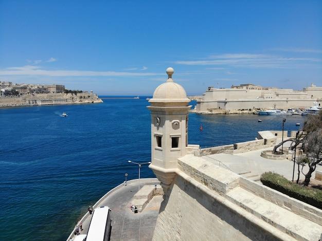 Ver en el castillo de malta desde arriba. vista aérea de drone