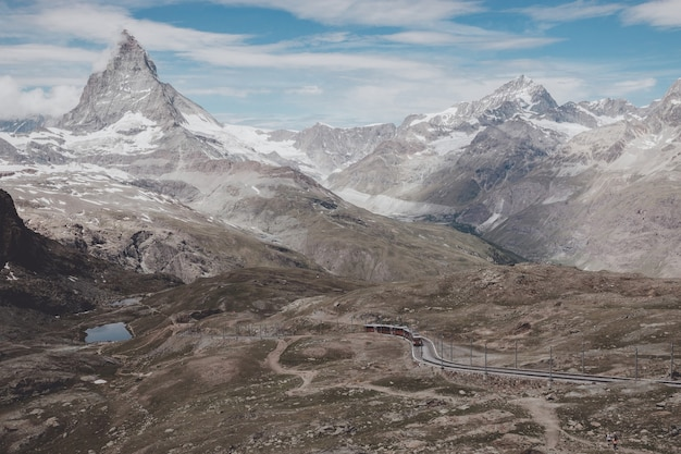 Ver de cerca la montaña matterhorn, escena en el parque nacional de zermatt, suiza, europa. paisaje de verano, clima soleado, espectacular cielo azul y día soleado