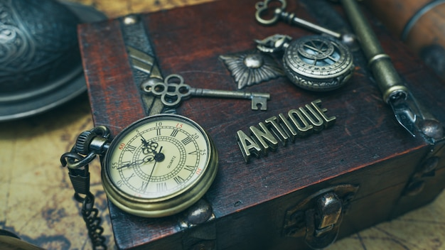 Ver collar en caja de madera del tesoro