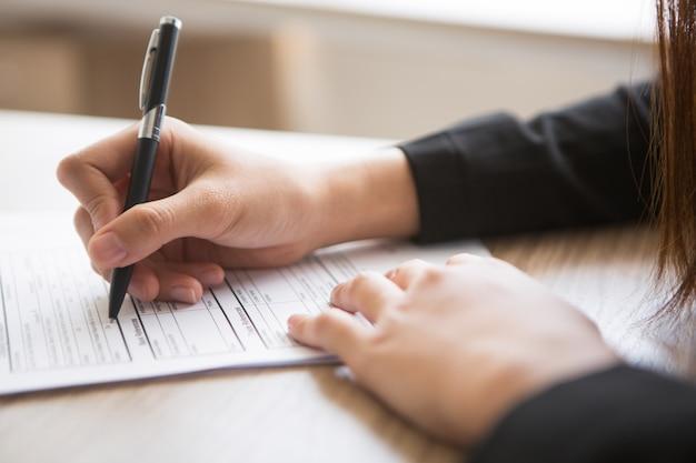 Ver cosechado de la mujer rellenar formulario de solicitud