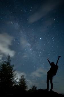 Ver foto espacial del universo de la galaxia de la vía láctea con estrellas en el cielo nocturno