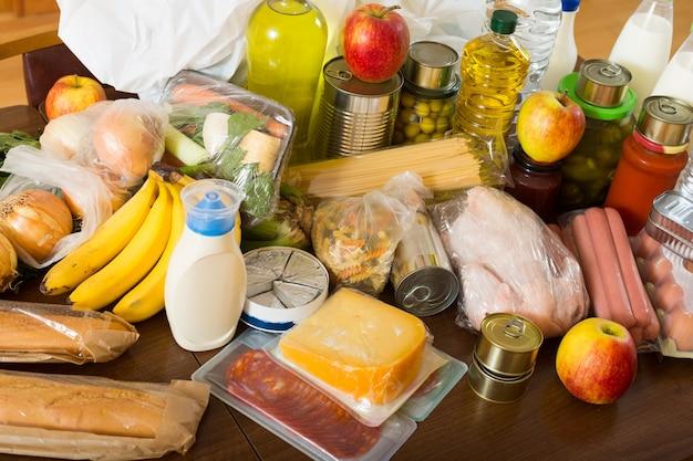 Ver en la mesa con artículos de comida para la familia