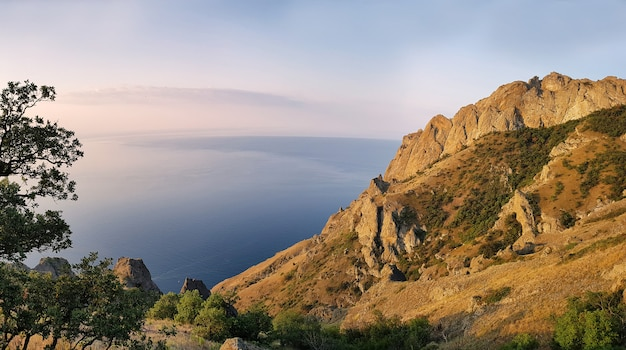 Ver en la montaña de kara dag y el mar negro al amanecer. crimea